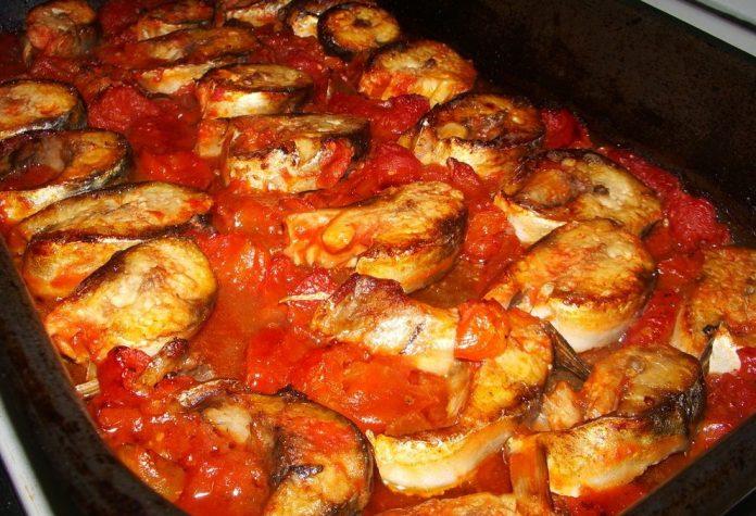Скумрия с доматен сос на фурна