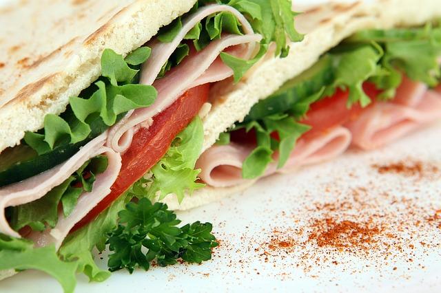 Сандвич от пълнозърнест хляб и маруля