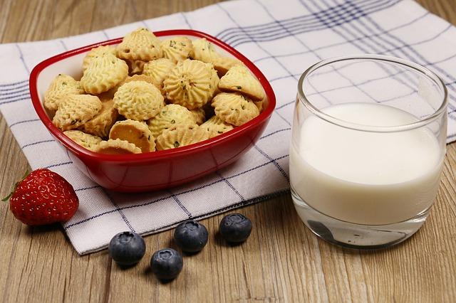 Топло мляко с бисквити