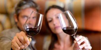 Млади с вино