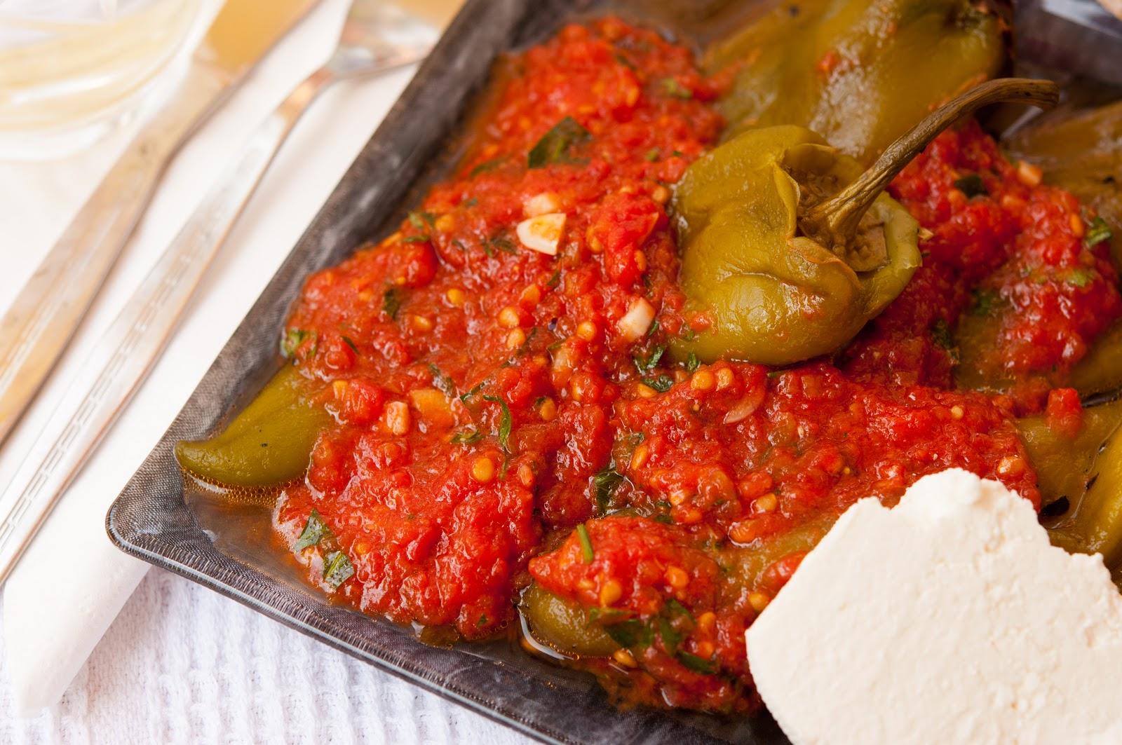 Печени чушки с доматено сосче