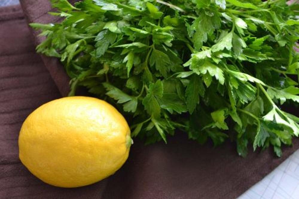 Защо да ядем тези храни заедно- Магданоз с лимон