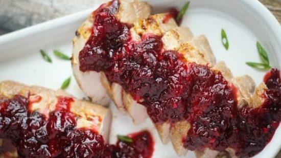Свинско филе със сос от боровинки и малини