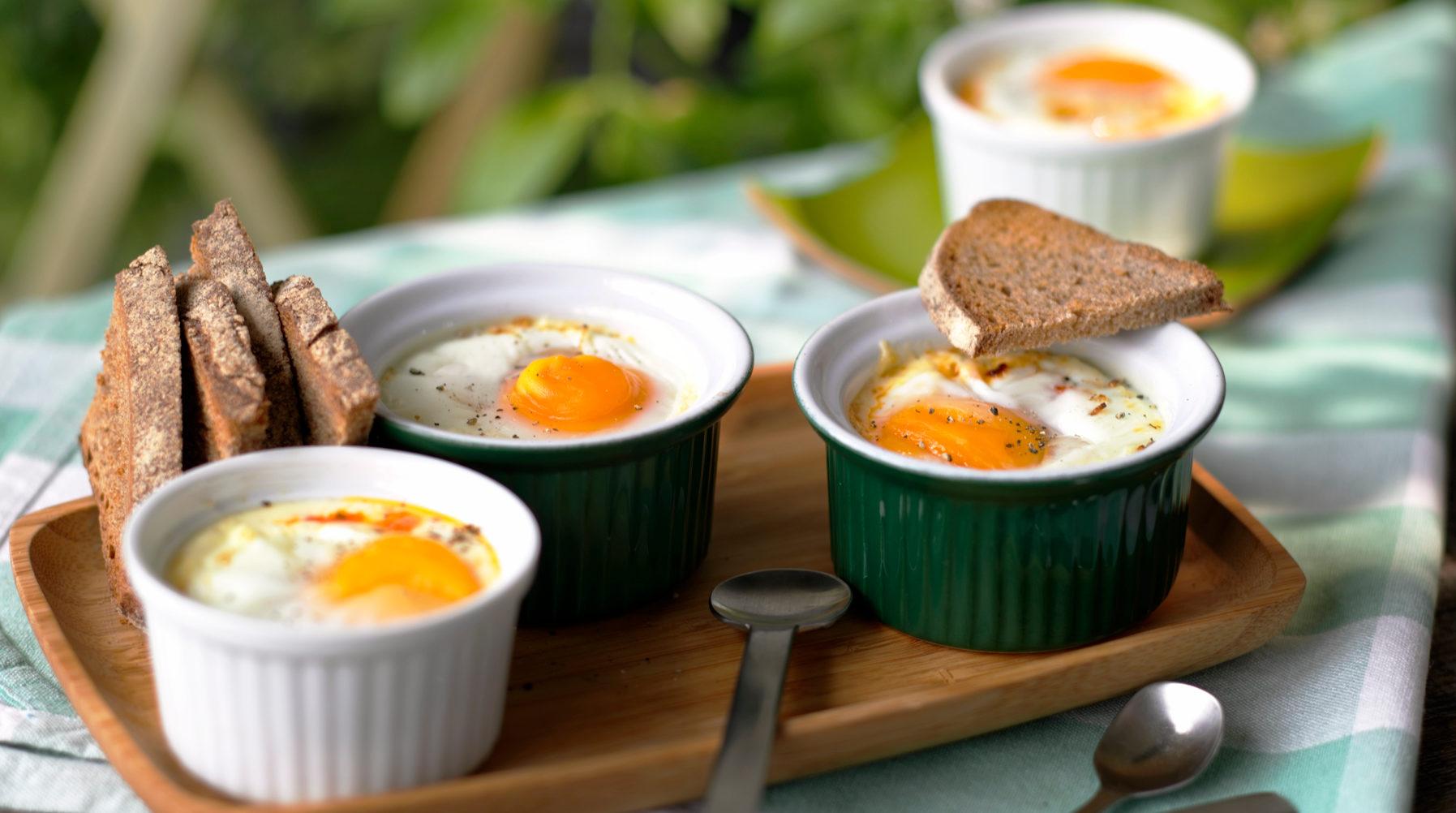 Запечени яйца със сирене във формички