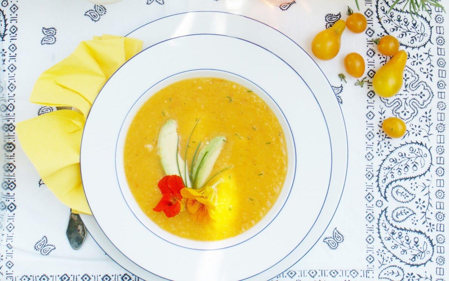 Гореща супа от жълти доматчета