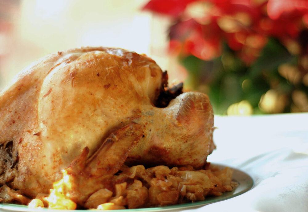 Пълнена кокошка със зеле и булгур